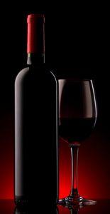 Бутылка и стакан вина