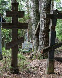 Две могилы на кладбище
